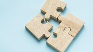 Holzpuzzleteile auf blauem Hintergrund