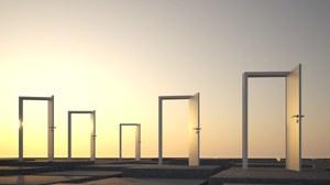 Abstrakte Abbildung von fünf offenen Türen, die freistehend auf einer Fläche stehen.