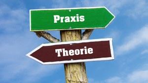 """Abbildung eines Wegweisers aus Holz: oben nach rechts weisend ein Schild mit Aufschrift """"Praxis"""", unten nach links weisend ein Schild mit """"Theorie"""""""