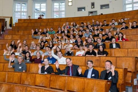 Teilnehmende sitzen im Hörsaal