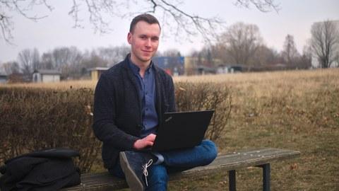 Foto von Edgar Dorausch mit Laptop auf einer Bank
