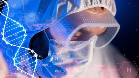 Nahaufnahme des Gesichts einer Person im Schutzanzug mit Maske und Brille. Über dem Foto liegen chemische Symbole und ein Helix-Strang