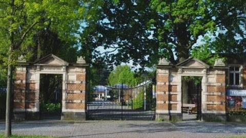 Foto des Gartenportals mit zwei kleineren Seitentoren und dem großen Mitteltor.
