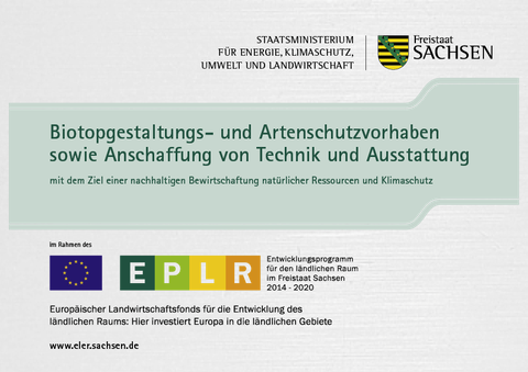 Plakette zur Kennzeichnung der Förderung des Projektes durch den Freistaat Sachsen mit Titel des Projekts und der Fördermaßnahmen