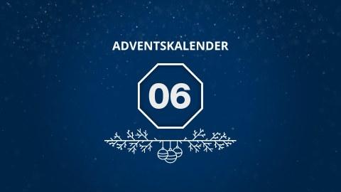 Auf blauen Hintergrund steht in Weiß: Adventskalender, in der Mitte ist eine 06 in einem Achteck abgebildet und darunter sind Zweige mit drei Weihnachtskugeln