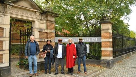 Vertreter des Botanischen Gartens und der angolanischen Partneruniversität beim Gruppenfoto am Garteneingang