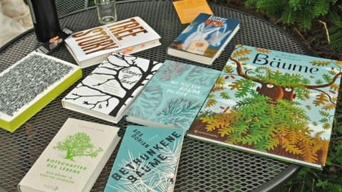 Foto: Mehrere Bücher zum Thema Bäume liegen auf einem Tisch