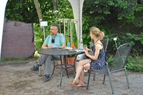 Dr. Michael Kobel und Lilith Diringer hören den Fragen der Zuschauer zu.