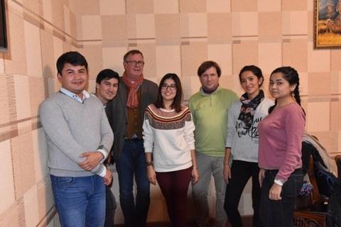 "Das Team der ""Denkmaltopographie Taschkent"" mit Gastdozent Dr. Bernd Vollmar, v.l. Sukhrob Kurbanov, Farhod Riziev, Durdona Kulmatova, Jens Jordan, Nargiza Shamsieva, Madina Kurbanova."