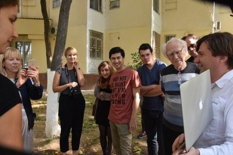 """Zweiter """"Heritage Walk"""" in Taschkent: Gemeinsam mit dem Entwurfsverfasser Prof. Andrey Kosinskiy wurden die von 1974-78 geplanten Bauten entlang der Babur-Strasse inklusive zwei Wohnungen besichtigt."""