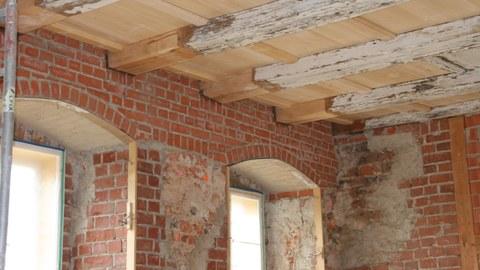Holzbalken im historischen Mauerwerk