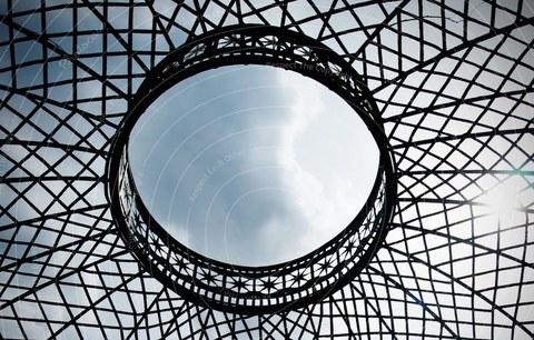 Blick in den Himmel durch ein transparentes Metalldach