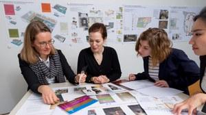 Gruppenbild von Studierenden und Beschäftigten