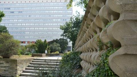Kunststeinmauer im Touristengarten