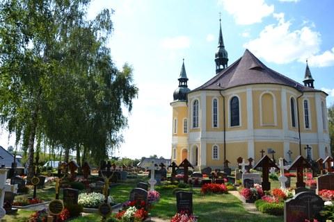 Fot zeigt den Friedhof in Crostwitz vor der imposanten Kirche.