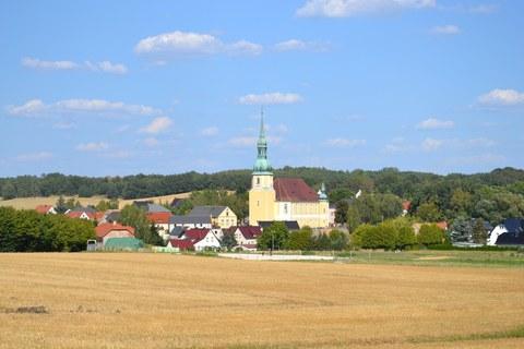 Foto zeigt den Ort Crostwitz eingebettet in Felder und Wälder.