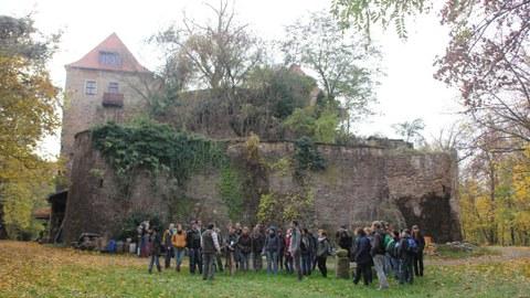 Studierende auf Exkursion, im Hintergrund Schloss Scharfenstein