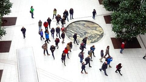 Foto von Studierenden, die sich auf einem Stadtplatz in Hamburg bewegen.