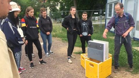 Gruppe von Studierenden und einem Modell der Bauweise des CUBE Carbonbetongebäudes