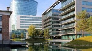 Blick über den künstlichen See auf die umgebende Bebauung im Wiener Viertel 2