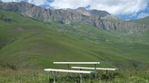 Foto aus dem Kaukasus mit einer Bank an einem Rastplatz