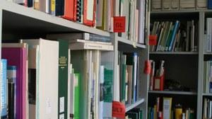 Das Bild zeigt ein Foto der Fachbibliothek der Landschaftsplanung.