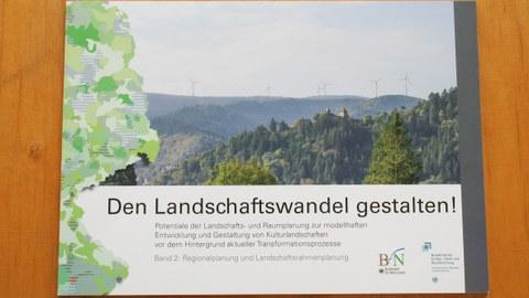 Das Foto zeigt das Cover des 2. Bandes der Forschungsarbeit Landschaftswandel gestalten auf einem Tisch liegend.