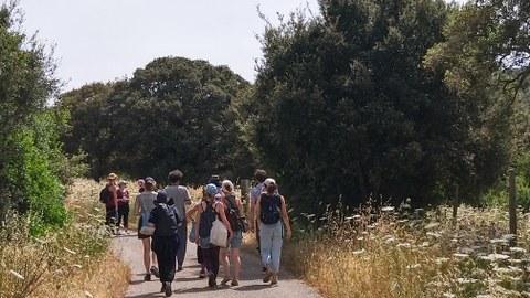 Foto von Studierenden auf dem Weg zum Projektgebiet in Berchidda/Sardinien.