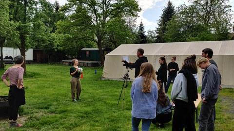 Zu sehen ist die Studierendengruppe der Sommerschule 2021 beim Dreh des Videofilm mit dem Ball als zentrales Objekt.