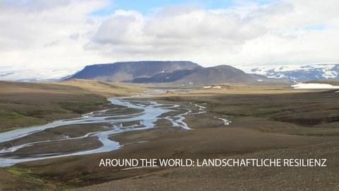 Foto einer kargen Flusslandschaft mit Bergen im Hintergrund, Thema landschaftliche Resilienz