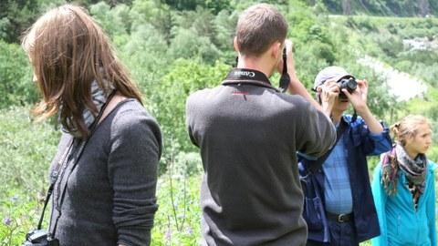 Foto von Studierenden auf einer Exkursion, welche die Umgebung fotografieren.