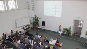 Die Abbildung zeigt ein Foto eines Vortrages während der Planergespräche 2013.