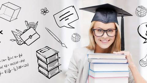 Auf dem Foto sieht man eine junge Frau mit einem Doktorhut mit einem Bücherstapel in der Hand. Auf dem Bild sind zudem diverse Symbole aus dem Bildungskontext gezeichnet, wie zum Beispiel Reagenzgläser, Formeln und Stifte.