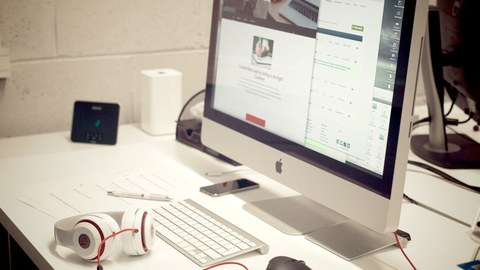 Foto eines Computerarbeitsplatzes