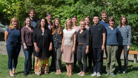 Gruppenfoto auf der grünen Wiese der Mitarbeiter des Lehrgebiets Landschaftsplanung