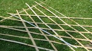 Foto von Bambusstangen im Gras für Gerüstbau