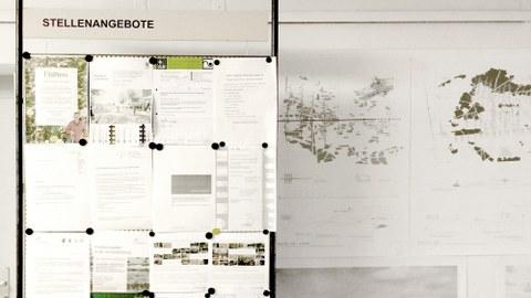 Foto der Infowand mit Angeboten zu Stellen und Praktikumsplätzen