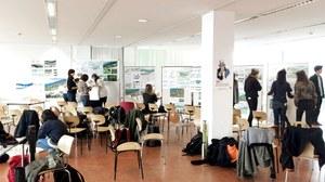 Foto eines Präsentationsraumes mit Plänen und Studierenden