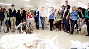 Foto einer Studierendengruppe bei einer Präsentatin von Modellen