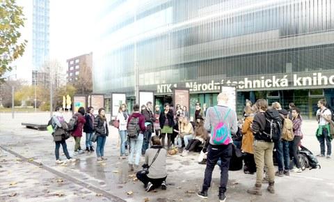 Foto einer Gruppe von Studierenden vor einem polnischen Kaufhaus