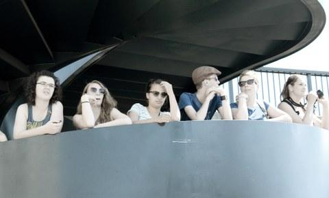 Foto einer Gruppe von Studierenden auf einer Aussichtsplattform
