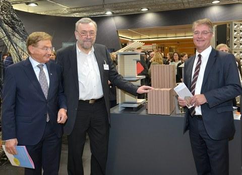 Prof. Jäger (2. v.l.) im Gespräch mit Staatssekretär Gunther Adler (r.)