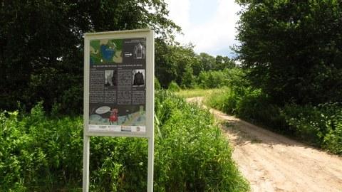 Ausstellungstafel am Laufweg zum Mausoleum