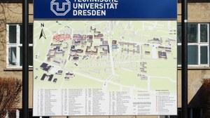 Informationstafel über die Lage der Gebäude auf dem Campus der TU Dresden.