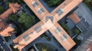 Das Foto zeigt eine Luftaufnahme des Hülsse-Baus der TU Dresden. Das Foto wurde aus der Vogelperspektive aufgenommen. Von oben hat es die Form eines Kreuzes.