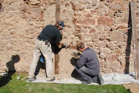 Verputzen einer Wand mit Heisskalk