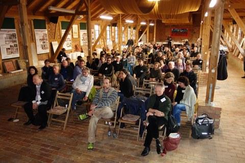 Annähernd 100 Teilnehmer werden in Vorträgen in die Ergebnisse des Forschungsprojektes Heißkalk eingeführt