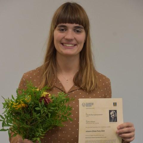 Dipl. Ing. Sophie Heiland mit der Urkunde des Johann-Ohde-Preises 2020