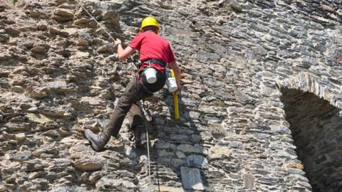 Kletterer an Natursteinwand