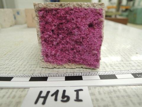 eingefärbter Prüfwürfel aus Heißkalk
